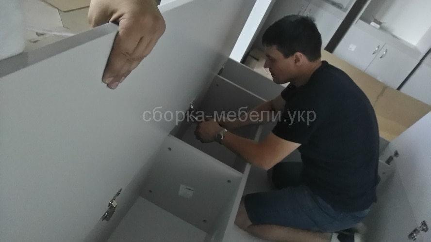 процесс сборки мебели в офис